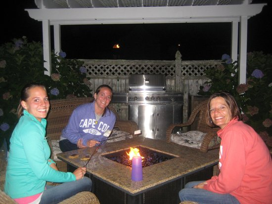 Beach Breeze Inn: Fun and S'mores at the Fire Pit