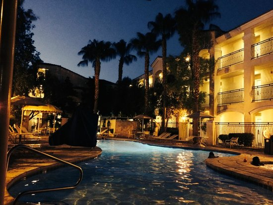 Club de Soleil All-Suite Resort: Pool at night