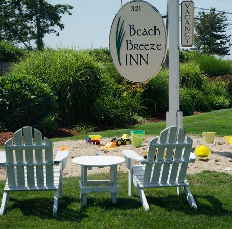 Beach Breeze Inn: Grab a glass of wine while the kids play