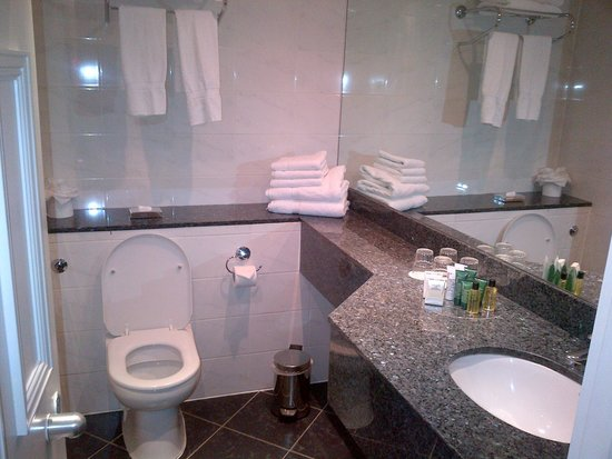 Hilton London Euston: updated bathroom with tub and shower
