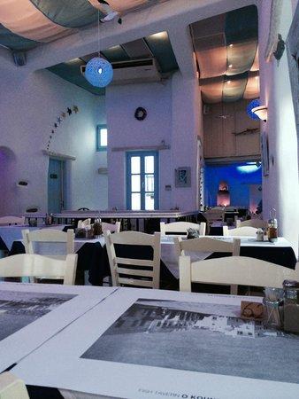 Kounelas Fish Tavern: salle au 1 étage