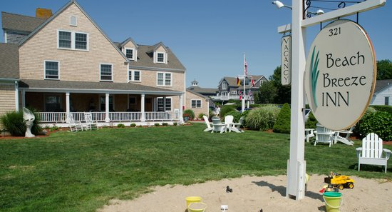 Beach Breeze Inn: Plenty of room on the lawn for games