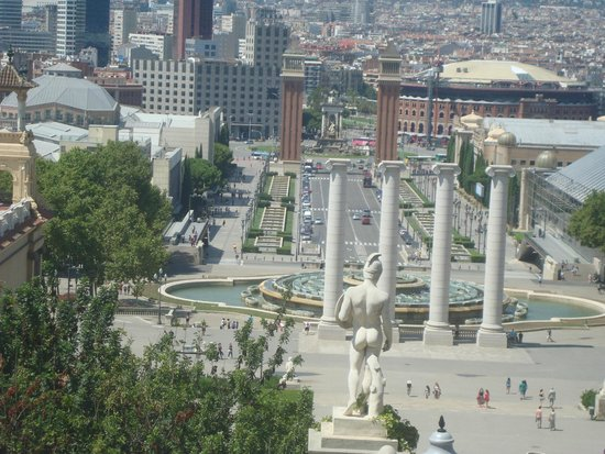 Museu Nacional d'Art de Catalunya: Visual aberto da Praça Espanha