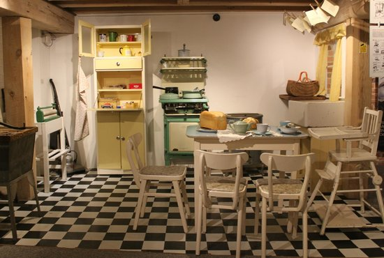 Poole Museum and Scaplen's Court Museum and Herb Garden: 1950s Kitchen: Poole Museum