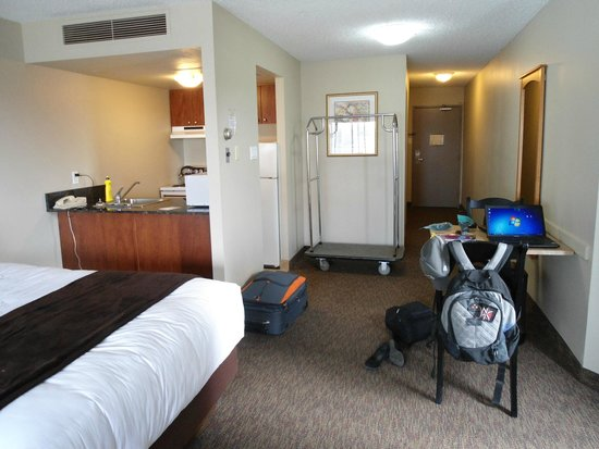 Alberta Place Suite Hotel: good size rooms