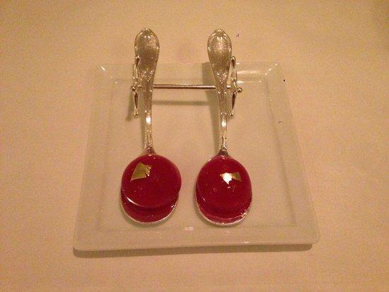 Epicure : Strawberry gelatin with strawberry liquid inside