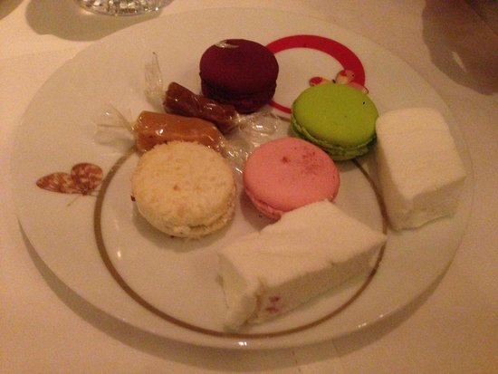 Epicure : Final Dessert plate of macarons, caramels and mint marshmallows