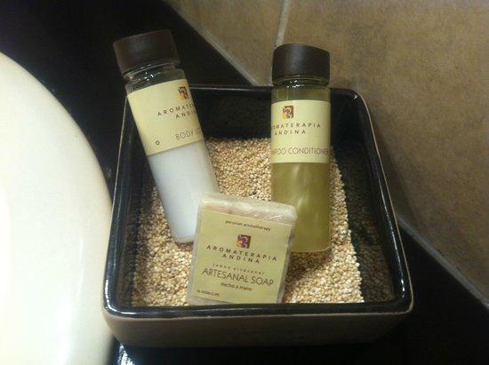 Tierra Viva Cusco Plaza: shampoo, sabonete e condicionador sobre quinoa.