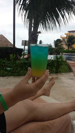 Fiesta Americana Condesa Cancun All Inclusive: Drinks of all kinds brought to you wherever you are