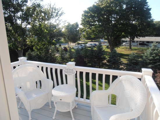 Falmouth Heights Motor Lodge: Beach house balcony