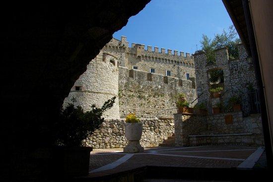 Castello Orsini Hotel: l'uscita della nostra camera al borghetto dei lecci