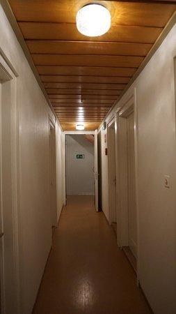 Hotel Bahnhof: Corridor - lit, stairs - lit