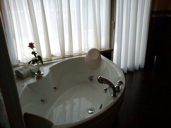 Hotel Monastero: Vasca nella suite royal