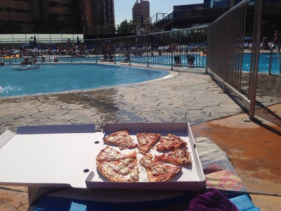 Gran Hotel Bali : Pizza by the pool freshly made!