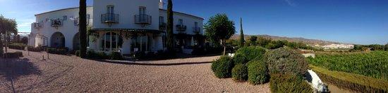 Hotel Cortijo Bravo : Panorámica del Cortijo con Vélez-Málaga al fondo a la derecha