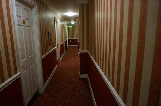 The Abbey Hotel: eleganter Flur zum Zimmer