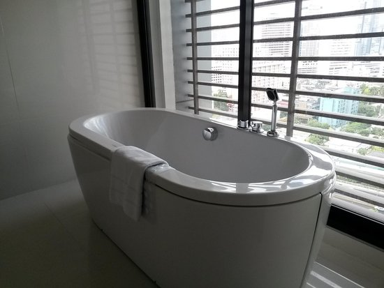 AETAS bangkok: bathtub with Bangkok view