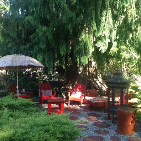 Blueberry Patch Bed and Breakfast: Red Room Lounge