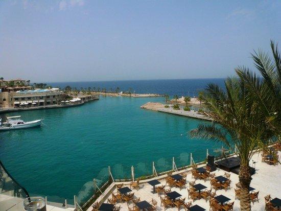 Citadel Azur Resort: вид с ресепшена на лагуну и главный ресторан