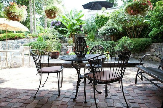 Blueberry Patch Bed and Breakfast: King Courtyard