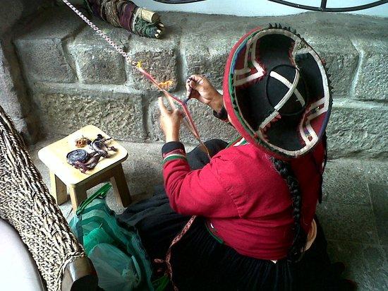 Casa Andina Classic Cusco Plaza: Mujer que hace artesanías en el hotel