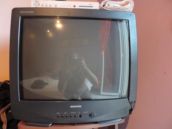 B&B Olympus: TV s údajně plochou obrazovkou a rozbitým šasi