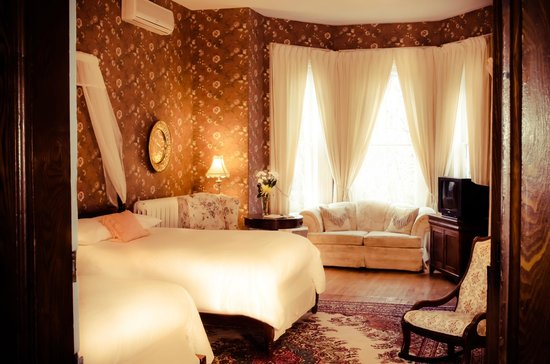 Queen Anne Inn: Room with 2 double beds