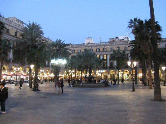 Plaza Real (Plaça Reial): Площадь вечером
