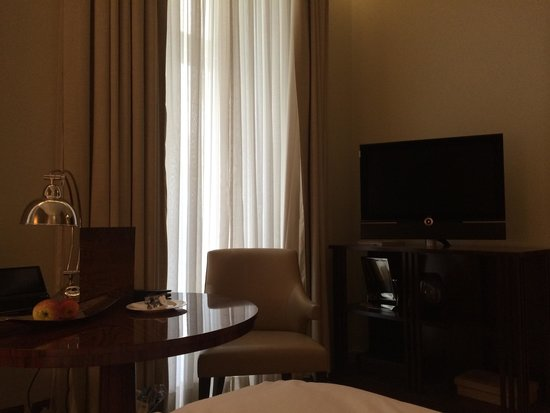 Corinthia Hotel London: Table/tv