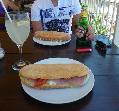 """Pizzeria """"Oh la la"""" : sandwichs typique, je pense un des meilleurs de dubrovnik! Avec limonade maison et bière locale"""