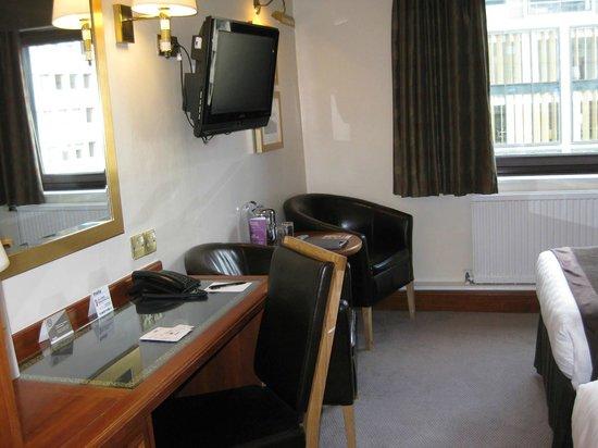 Thistle Edinburgh City Centre, The King James: desk in room