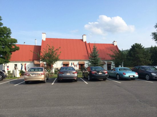 Pizza Le Patrimoine: View from parking area