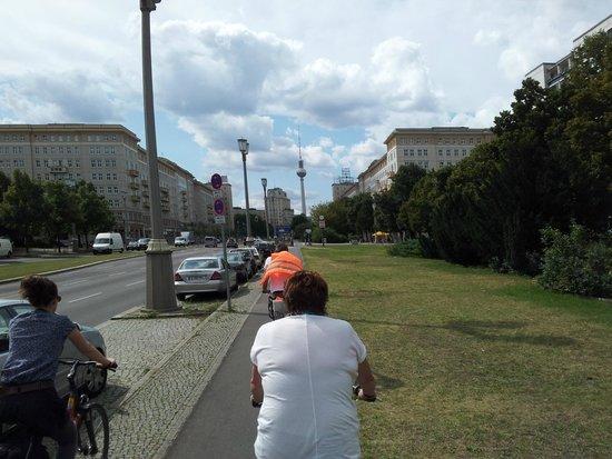 Berlin on Bike: Auf der Karl-Marx-Allee