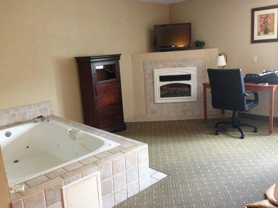 Quality Inn & Suites: Jacuzzi Tub, TV, Desk