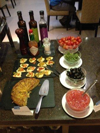 NH Buenos Aires 9 de Julio: Parte do café da manhã