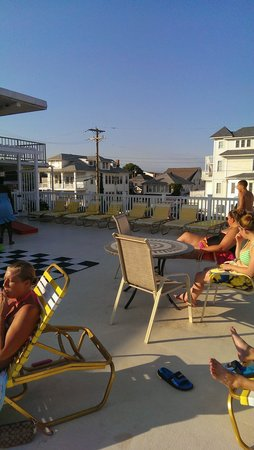 Carideon Motel: relaxing on the upper deck