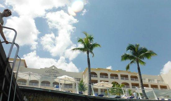 Cozumel Palace: El hotel desde el mar, bajando la escalera del muelle.