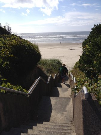 Tillicum Beach Park: Walkway to the beach