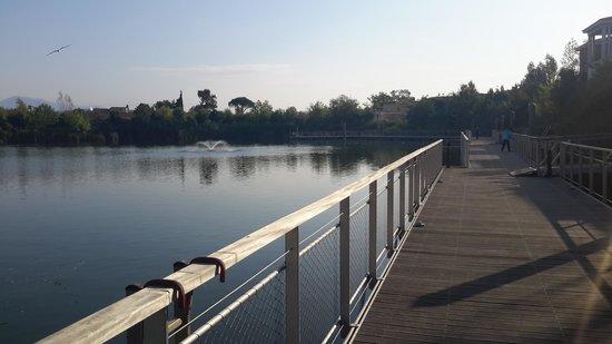 Mimozas Resort & SPA : pont reliant l'accueil aux différents bâtiments