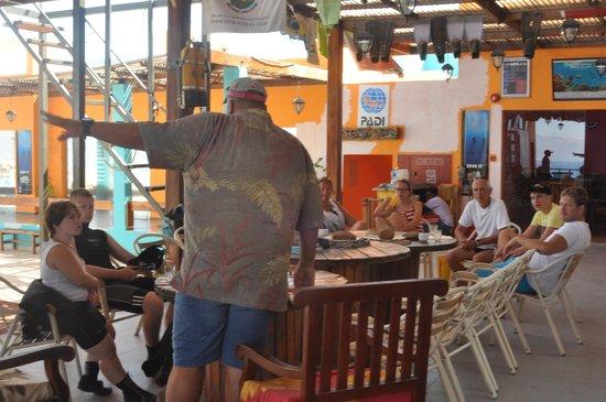 Aqaba Adventure Divers Village : Talal briefing everyone