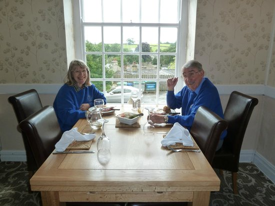 Harts Head Inn: Happy to receive our food!