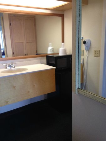 Motel 6 Fort Bragg: Bathroom