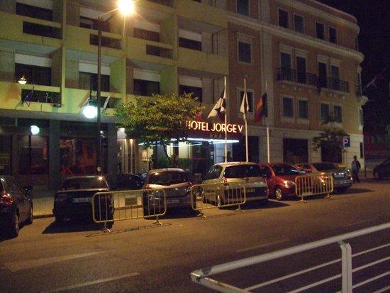 Hotel Jorge V : Straßenseite abends.