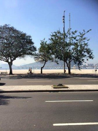 Golden Tulip Rio Copacabana: Vista da calçada do hotel