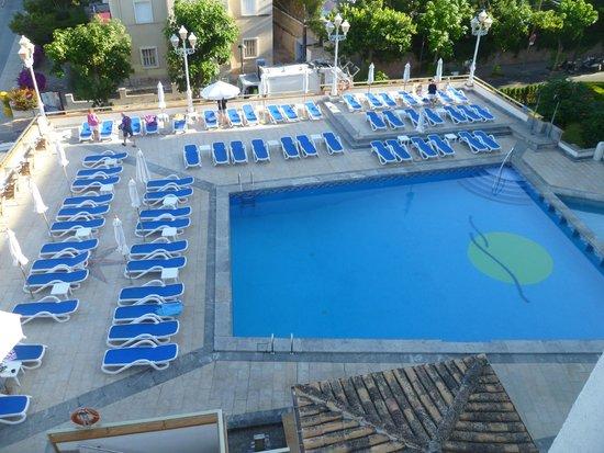 Hotel Eden: Vue de notre balcon (piscine de l'hotel)