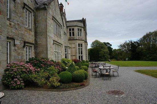 Lough Rynn Castle Estate & Gardens : Sitzgelegenheit vor dem Schloss