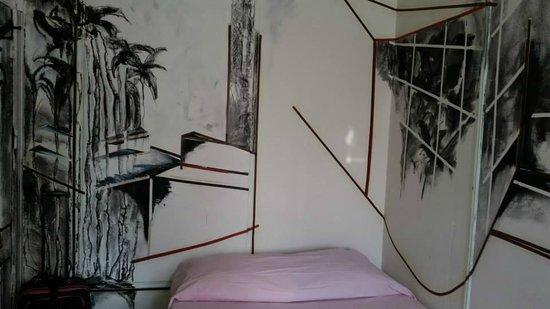 Carlton Arms Hotel: Room decor