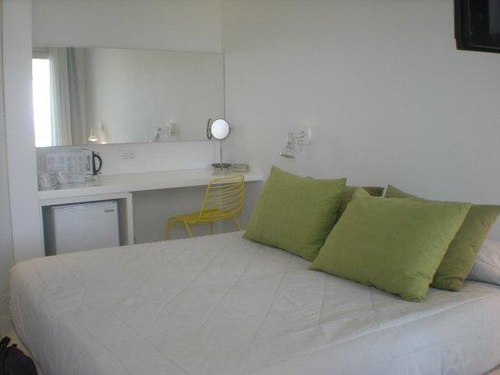 Paros Agnanti Resort: chambre et bureau coiffeuse