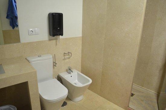 Granada Inn Backpackers: Banheiro de mármore