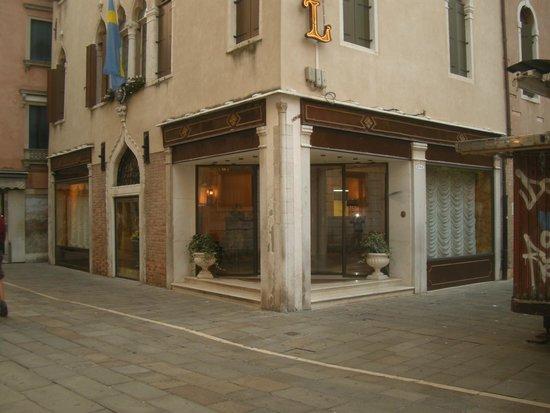 Hotel Continental Venice: eerste indruk als je via de straat komt.